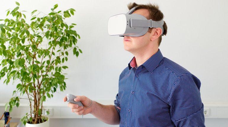 Un homme expérimentant l'oculus Go