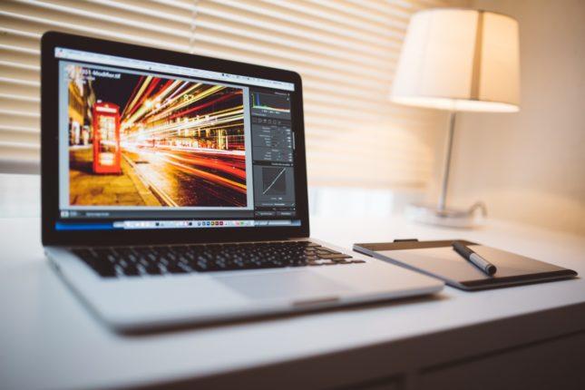 Un macbook est utilisé dans un montage vidéo