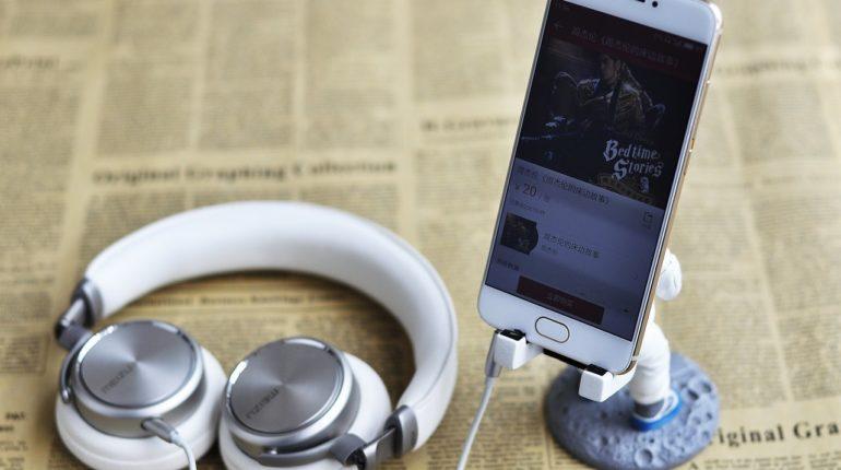 Des écouteurs connectés à un smartphone