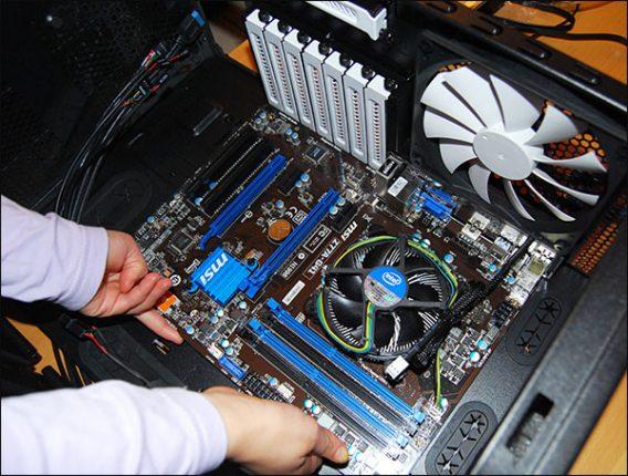 homme qui assemble un PC de bureau.